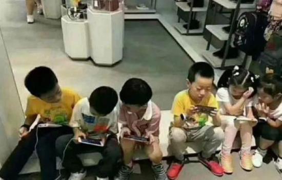 沉迷手机的熊娃们(图源:网络)