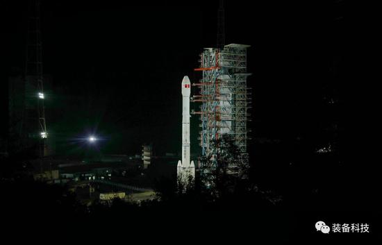 ▲搭载嫦娥四号探测器的长征三号乙运载火箭在西昌卫星发射中心静待发射。梁珂岩 摄