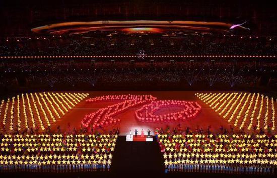 """8月8日,演员在开幕式上表演。当日,第二届全国青年运动会开幕式在山西省太原市山西体育中心""""红灯笼""""体育场举行。新华社记者张宏祥摄"""
