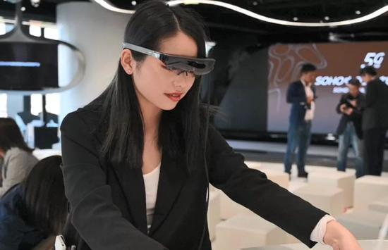 ▲工作人员演示AR眼镜