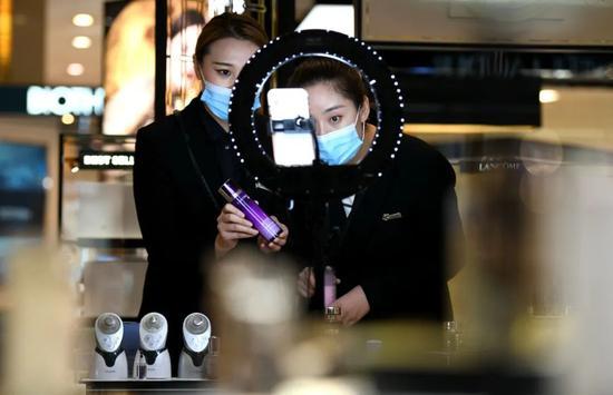 11月10日,在河北省石家庄市桥西区北国商城化妆品柜台,做事人员进走直播。新华社发(陈其保摄)