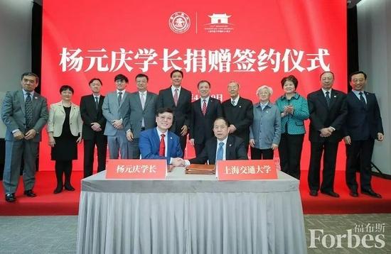 上海交通大学125周年校庆,86届计算机系校友杨元庆捐赠签约现场。    图片来源:联想集团