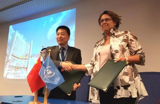 杨利伟主任与联合国外空司迪皮蓬司长签定协议