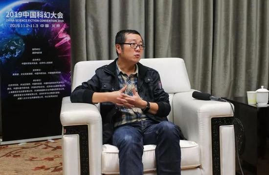 ▲11月2日晚,刘慈欣接受记者群访