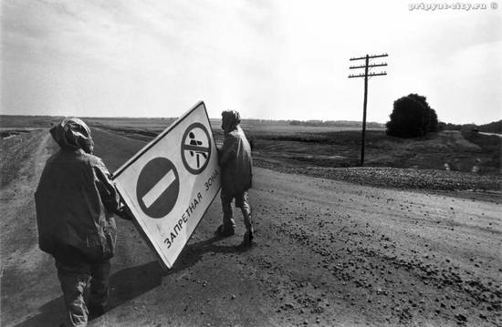 ▲虽然无法对事故与严格空气爆裂的核爆炸进行比较,但人们仍估计,从切尔诺贝利释放的放射性物质比广岛和长崎原子弹爆炸释放的放射性物质多400倍。约10万平方公里的土地受到沉降物的严重污染,受灾最严重的地区是白俄罗斯、乌克兰和俄罗斯。除伊比利亚半岛外,整个欧洲都检测到过更轻微的污染水平。