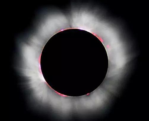 图4 日全食照片(2009/7/22)。中心的黑色圆面为月亮,在月轮边缘上呈现的粉红色锯齿形部分为色球,色球外面的银白色光辉是日冕。