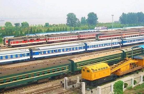 普速列车,运行速度基本上在80-120km/h左右。