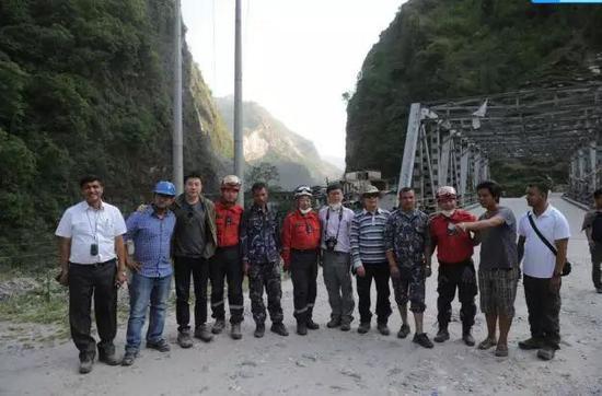2015年5月4日,中科院与尼泊尔专家组成的联合野外考察队在中尼公路柯达里口岸附近考察(图片来源:作者提供)