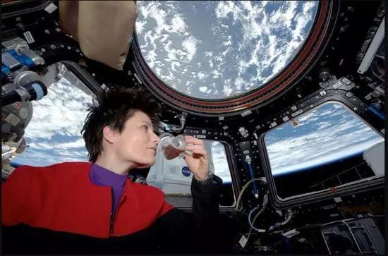 航天員在空間站服用褪黑素。(圖片來源:NASA)