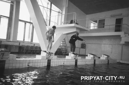 ▲ 游泳池依旧开放,为清理的工作人员缓解压力