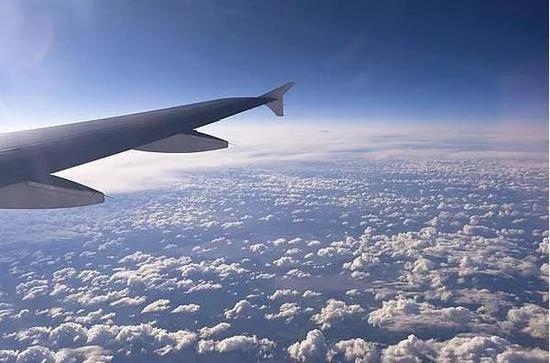 飞机飞得比云更高,但也到不了卫星的数百公里高度(图片来自网络)