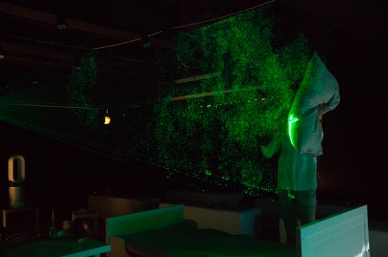 ▲ 现场演示室内望不见的污浊物激光实验