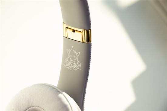 ▲耳梁的连接处为亮金色金属