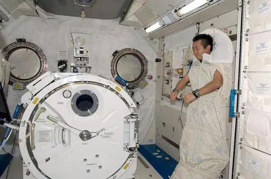 航天員在進行睡眠訓練。(圖片來源:NASA)