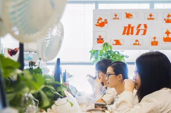 """拼多多上海总部,""""本分""""二字的标语在办公室随处可见"""