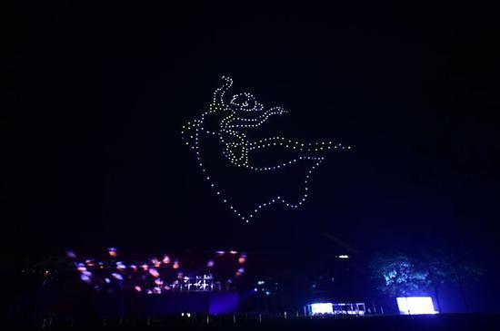 零度智控编队:300架无人机编队表演点亮平谷夜空