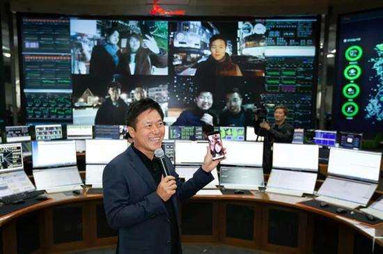 SK电信CEO拿着5G原型机