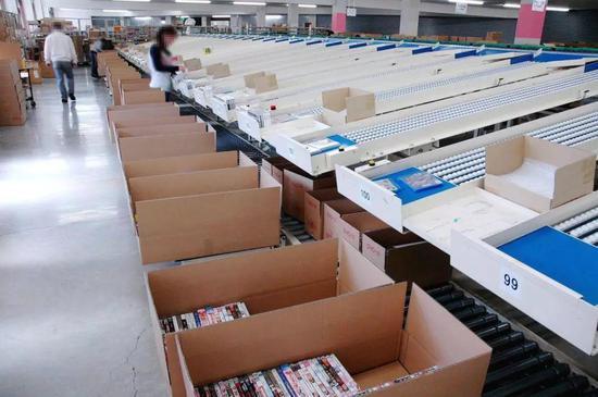 △日本温泉街AV工厂,最?#27604;?#30340;时候,这里有5000台碟片刻录机器同时开工
