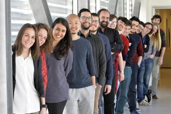 ▲意大利Trento大学的Nicola Segata教授(左数第10个)与其研究团队(图片来源:University of Trento,拍摄者:Alessio Coser)