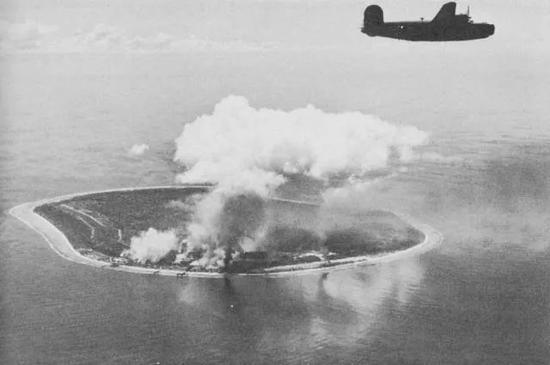 美军轰炸瑙鲁岛上日本人搭建的简易机场