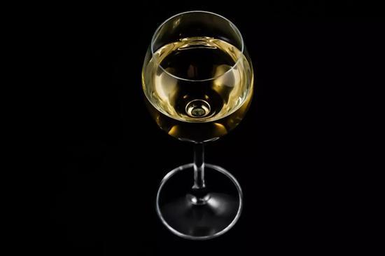 常喝酒的,有几个能真的把酒精摄入量,压到每天10克以下呢?