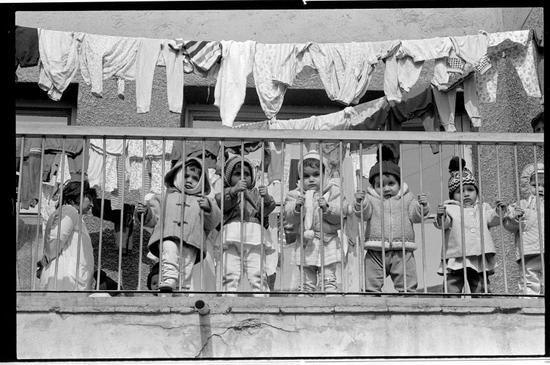 ▲彼时罗马尼亚鼓励生育的政策,导致大量父母无力抚养的婴儿被送进孤儿院(图片来源:washington.edu)