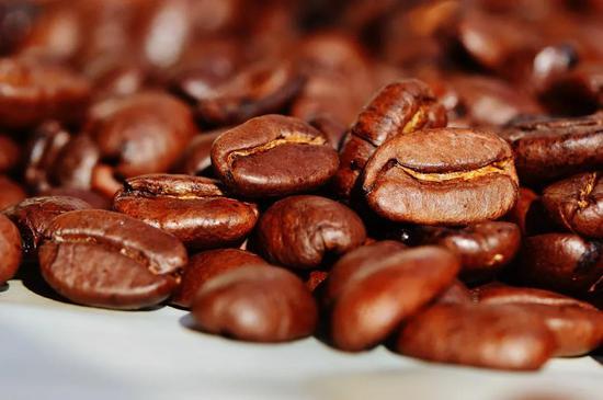咖啡因能阻止腺苷与腺苷受体的结合,因此喝咖啡有助于续命促进清醒丨Pixabay
