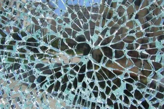 自爆的钢化玻璃|来源:sohu