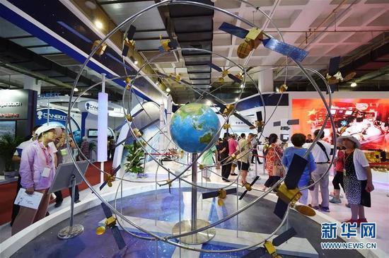 北斗卫星导航系统模型(资料图)。新华社记者 鞠焕宗/摄