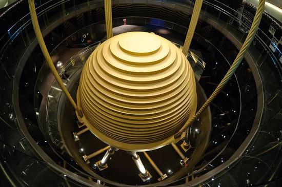 台北101大楼中的阻尼器 | 图源:Wikipedia