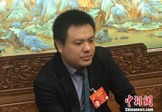 全国人大代表刘若鹏接受记者采访 索有为 摄
