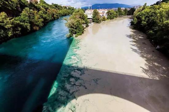 瑞士日内瓦,罗讷河和咸水的阿尔沃河交汇。Henryk Sadura / Alamy Stock Photo