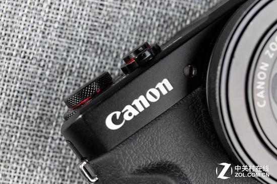 G7XII拨轮下方采用了类似自家L级高端镜头的红圈设计