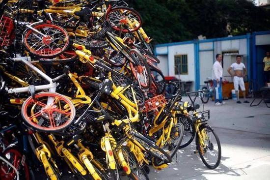 共享单车潮水退去 僵尸车占道无人理遭遇回收难题