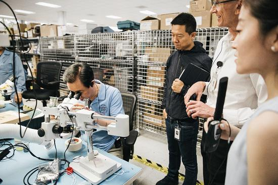 许家印在FF电气实验室体验电气试验设备