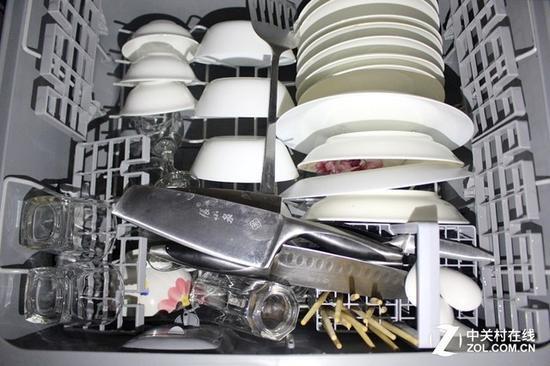 清洗后的餐具