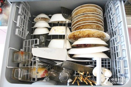 清洗前的餐具