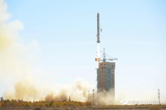 ▲ 长征二号丙运载火箭(及远征一号S上面级)点火升空(高剑 摄)