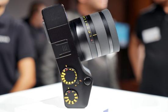 △蔡司的全画幅无反相机ZX1集成了Photoshop、Lightroom图片处理软件,可以让照相师直接相机处理原始图像,避免了繁杂的中心要害(图片根源于网道)