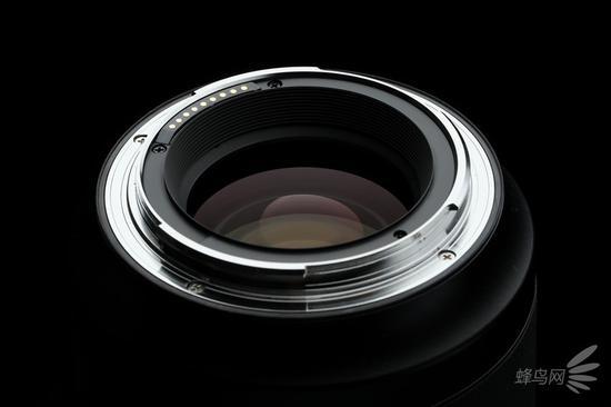 哈苏XCD80mm f/1.9的金属卡口以及后镜组镀膜
