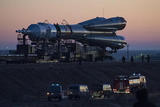 """当地时间2018年12月1日,哈萨克斯坦拜科努尔,""""联盟MS-11""""载人飞船被运去发射台。"""