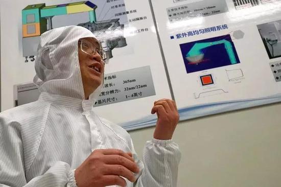 项目副总设计师胡松研究员介绍超分辨光刻装备研制项目攻关情况(供图:中科院科技摄影)