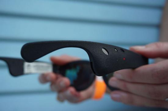 ▲ 3 月的产品原型,能够在眼镜臂上晓畅望到扬声器,图自 Mashable