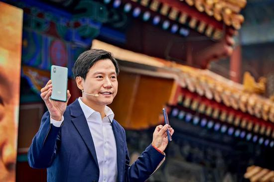 2018年10月,幼米MIX 3的新品发布会选择在北京故宫博物馆里举走。MIX系列手机正在协助幼米逐渐拉升它的手机平均售价。