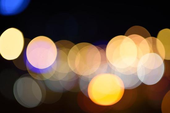 """画面边缘的光斑表现出""""新月""""形"""
