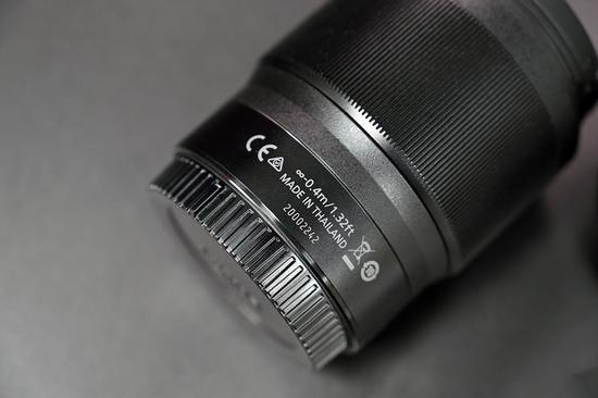 镜头机身的下方区域标有了该镜头的参数着重事项以及产地等有关新闻。