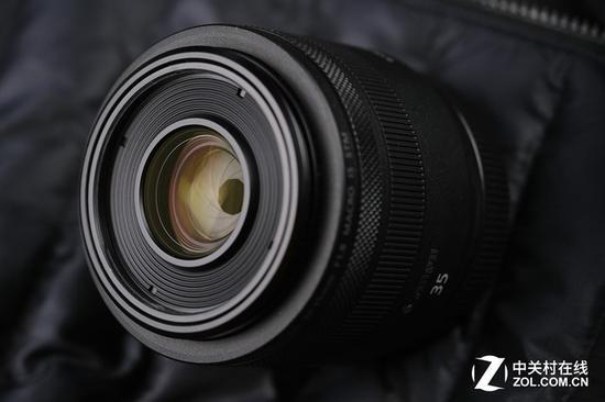 佳能RF 35mm F1.8微距镜头是现在RF镜头群中最为亲民的一款产品