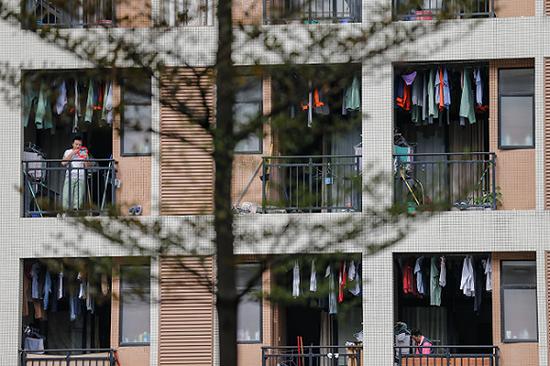 2015年12月24日,金立工业园的宿弃阳台上挂满衣服。图片来源:视觉中国