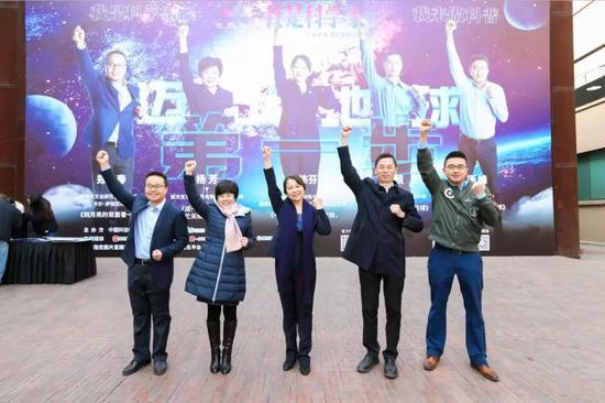 5位勇士。左首:郑永春、杨芳、黄伟芬、彭兢和杨峰。