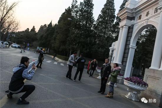 △2018年12月14日,北京清华大私塾园内,正在校园信步的曾楷徽(左下)被游客拉着协助拍照。